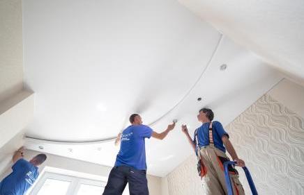 Как сэкономить на установке натяжных потолков